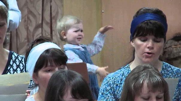 Κοριτσάκι καθοδηγεί χορωδία με μέγα πάθος