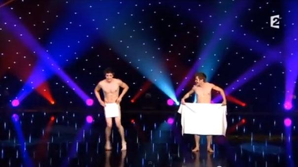 Ξεκαρδιστικό χορευτικό ντουέτο με πετσέτες