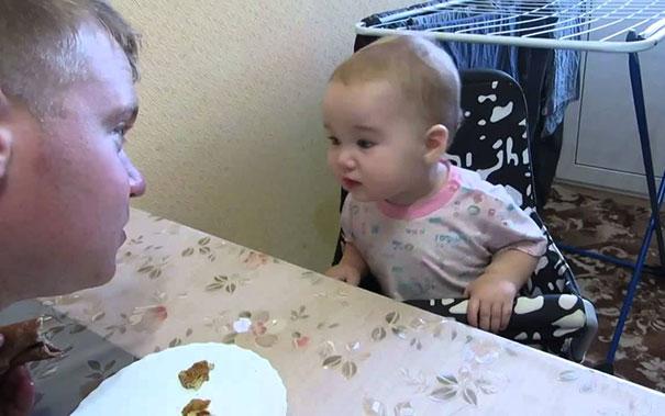 Μωρό έχει μια έντονη συζήτηση με τον μπαμπά του