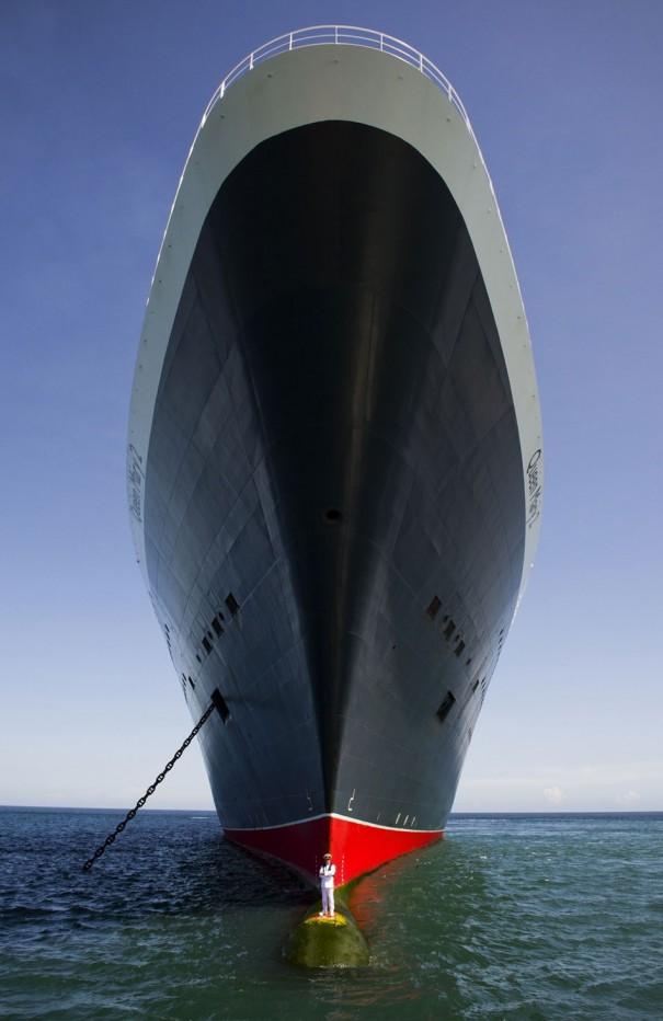 Επικό πορτραίτο καπετάνιου με το πλοίο του | Φωτογραφία της ημέρας