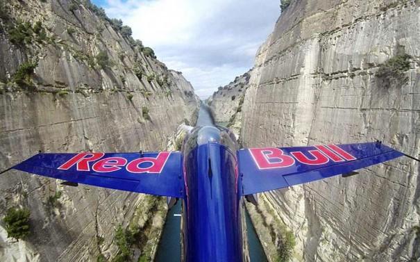 Πετώντας μέσα στον Ισθμό της Κορίνθου | Φωτογραφία της ημέρας