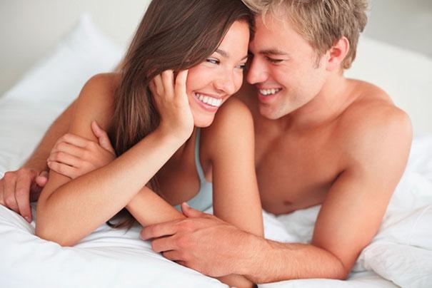Ένα ζευγάρι που... πετάει στο κρεβάτι
