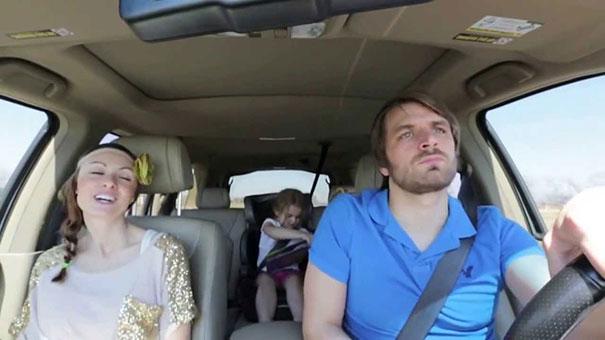 Ζευγάρι τραγουδάει το τραγούδι του Frozen με τέλειο συγχρονισμό