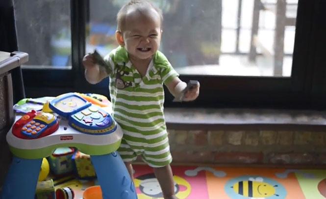 Οι απίθανες αντιδράσεις μωρών όταν γυρνάει ο μπαμπάς στο σπίτι