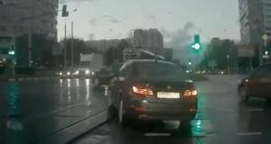 Αυτοκίνητο εμφανίζεται από το πουθενά (Video)
