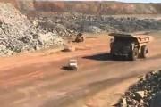 Φορτηγό Caterpillar εναντίον τζιπ Landcruiser