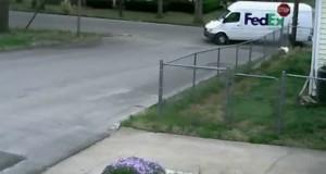 Η μέρα ξεκίνησε πολύ άσχημα γι' αυτόν τον courier… (Video)