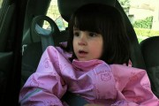 Κοριτσάκι φαίνεται να τραγουδάει ένα νανούρισμα στον εαυτό της, όταν ξαφνικά...