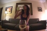 Άνδρες vs Γυναίκες: Πως μεθάει το κάθε φύλο όταν είναι μόνο στο σπίτι