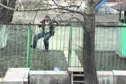 Μεθυσμένος προσπαθεί απεγνωσμένα να περάσει έναν φράχτη