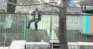 Μεθυσμένος προσπαθεί απεγνωσμένα να περάσει έναν φράχτη (Video)