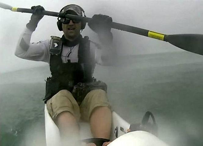 Μοναχικός καγιάκερ βρίσκεται σε τρομακτική καταιγίδα 3 χλμ μακριά από την ακτή