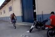 Μοτοσικλετιστής κάνει ένα αναπάντεχο και απίστευτο παρκάρισμα