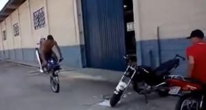 Μοτοσικλετιστής κάνει ένα αναπάντεχο και απίστευτο παρκάρισμα (Video)