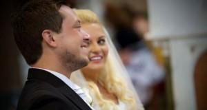 Παπάς έκανε μια απίστευτη συγκινητική έκπληξη σε ζευγάρι κατά τη διάρκεια του γάμου (Video)