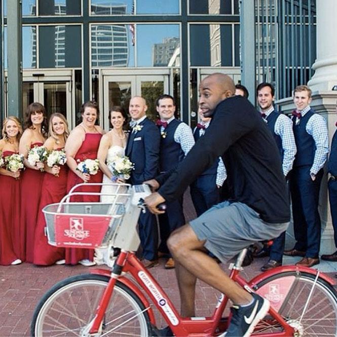 Κλέβοντας την παράσταση από μια γαμήλια φωτογραφία | Φωτογραφία της ημέρας