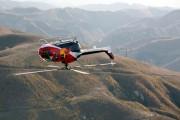 Πιλότος κάνει απίστευτα κόλπα με ελικόπτερο