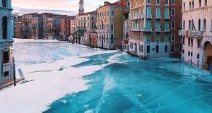 Σουρεαλιστικές εικόνες με τα κανάλια της Βενετίας εντελώς παγωμένα