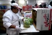 Αυτός ο τύπος κόβει καρπούζια σαν... πεινασμένος Ninja!