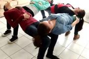 4 κορίτσια κάνουν τρικ με καρέκλες
