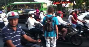Διασχίζοντας έναν δρόμο στο Βιετνάμ (Video)