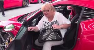 Έδωσε τη Ferrari του στη μαμά του κι εκείνη το γκάζωσε (Video)