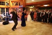 Γαμπρός και η μητέρα του εκπλήσσουν τους καλεσμένους με μια χορογραφία