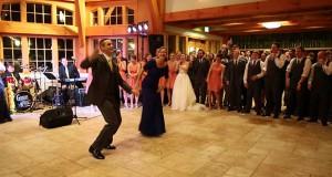 Γαμπρός και η μητέρα του εκπλήσσουν τους καλεσμένους με μια χορογραφία (Video)