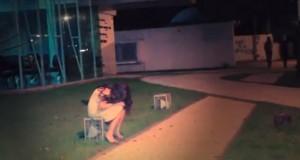 Ένα κορίτσι κλαίει μόνο του στον δρόμο… (Video)