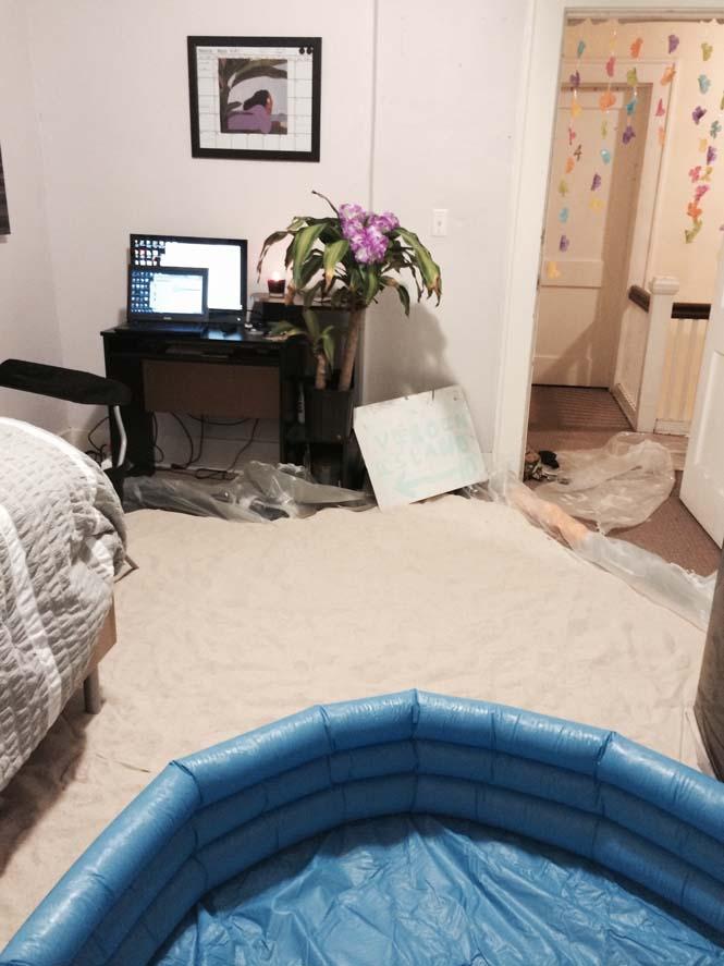 Μετέτρεψαν το δωμάτιο του φίλου τους σε παραλία (4)