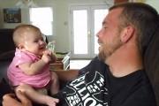 Μωρό 2 μηνών λέει «I love you»