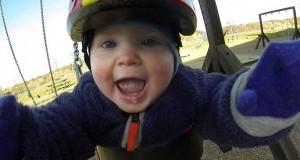 Μωρό κάνει κούνια με κάμερα GoPro (Video)