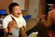 Μωρό μοιράζεται το πρώτο του ξεκαρδιστικό γέλιο με τον μπαμπά του