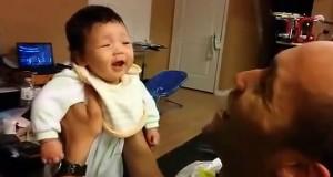 Μωρό μοιράζεται το πρώτο του ξεκαρδιστικό γέλιο με τον μπαμπά του (Video)