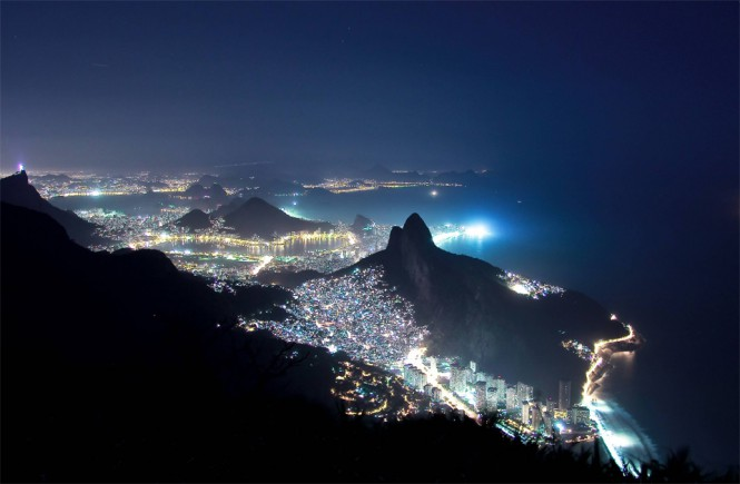Νυχτερινή θέα της μεγαλύτερης φαβέλας στο Ρίο ντε Τζανέιρο | Φωτογραφία της ημέρας