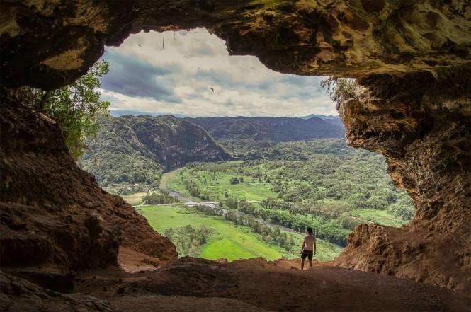 Θέα από σπήλαιο που μοιάζει με παράθυρο στον κόσμο | Φωτογραφία της ημέρας