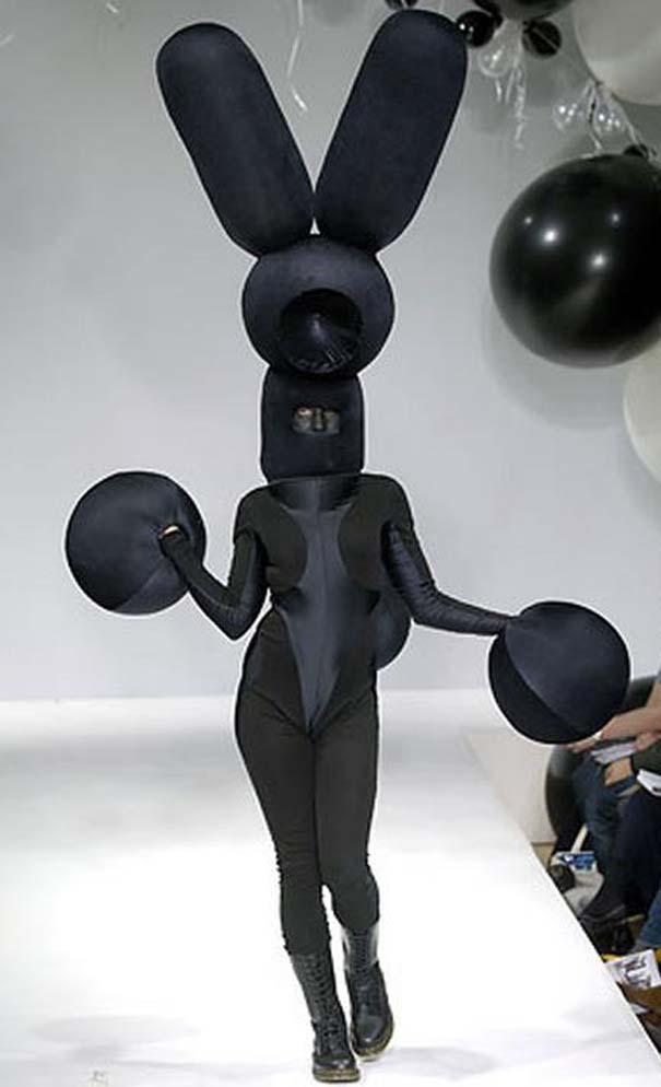 Τα πιο περίεργα πράγματα που έχουν φορεθεί σε μια επίδειξη μόδας (30)