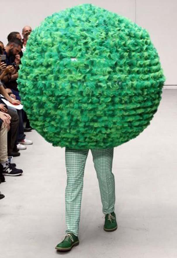 Τα πιο περίεργα πράγματα που έχουν φορεθεί σε μια επίδειξη μόδας (33)