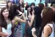 Πως να κάνετε μια ομάδα από νεαρές κοπέλες να σωπάσουν μέσα σε μια στιγμή