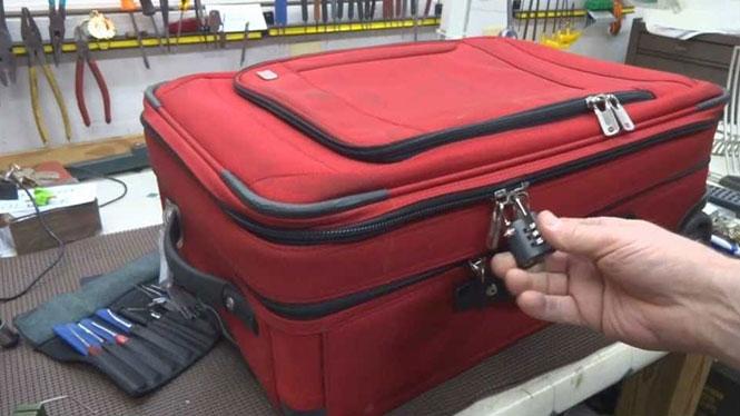 Δείτε πως οι βαλίτσες με λουκέτο παραβιάζονται με τον πιο απλό τρόπο