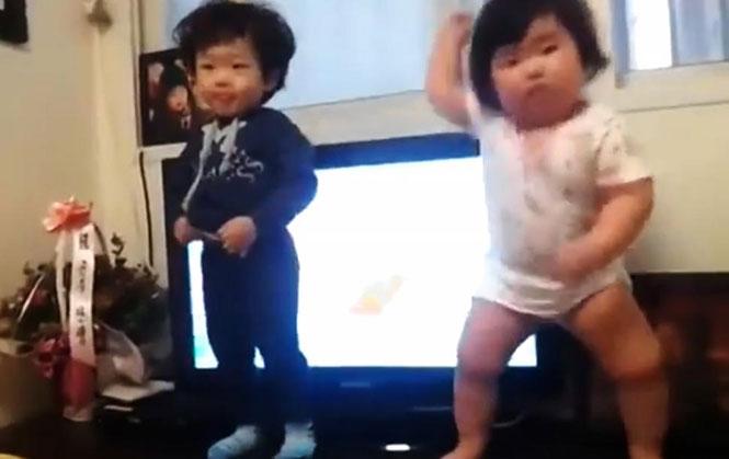 Στρουμπουλό μωρό τρέλανε το YouTube με το χορευτικό του