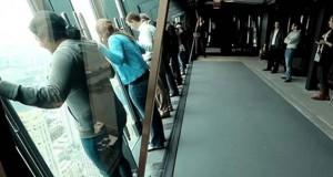 Θα στεκόσασταν ποτέ στα ανακλινόμενα παράθυρα αυτού του ουρανοξύστη; (Video)