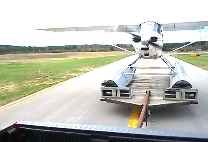Υδροπλάνο απογειώνεται από τρέιλερ φορτηγού