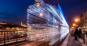 30.000 φωτάκια LED και μακρά έκθεση μετέτρεψαν τα τραμ της Βουδαπέστης σε χρονομηχανές