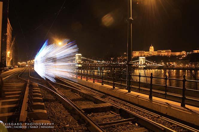 30.000 φωτάκια LED και μακρά έκθεση μετέτρεψαν τα τραμ της Βουδαπέστης σε χρονομηχανές (7)