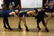 3 άνδρες χορεύουν Beyonce με ψηλοτάκουνα