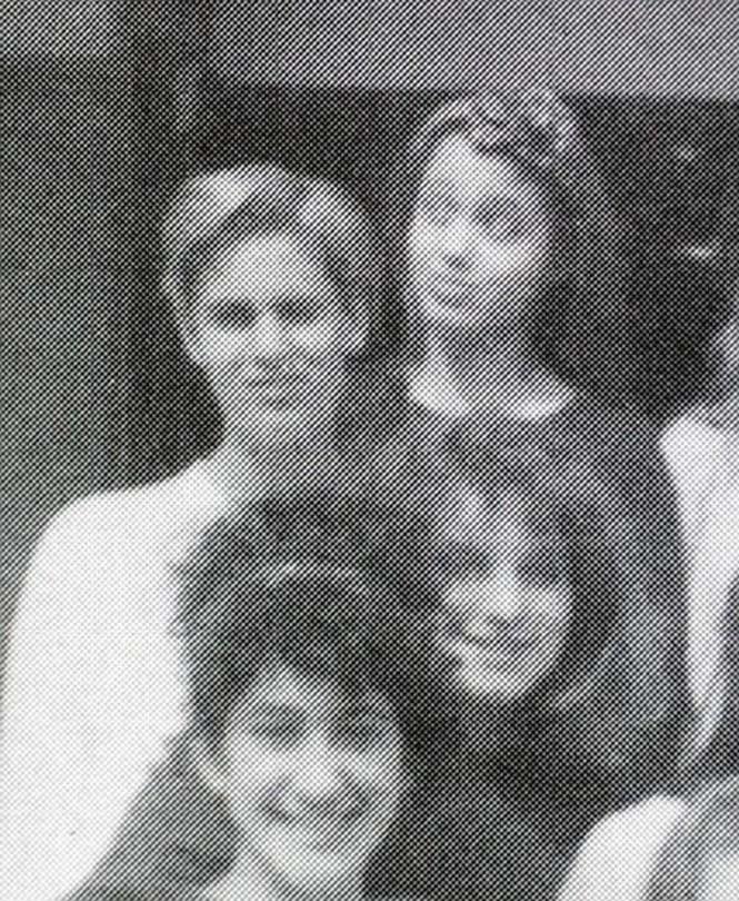 Angelina Jolie σε πολύ νεαρή ηλικία (9)