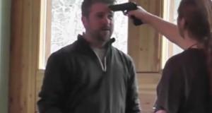 Απίστευτος αφοπλισμός με το πιστόλι στο μέτωπο (Video)