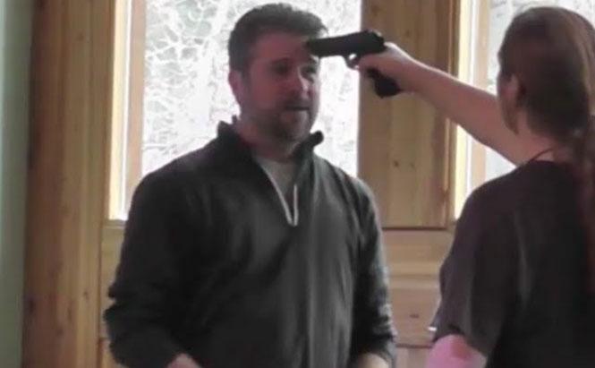 Απίστευτος αφοπλισμός με το πιστόλι στο μέτωπο