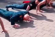 Διαγωνισμός push ups με έναν ηλικιωμένο βετεράνο